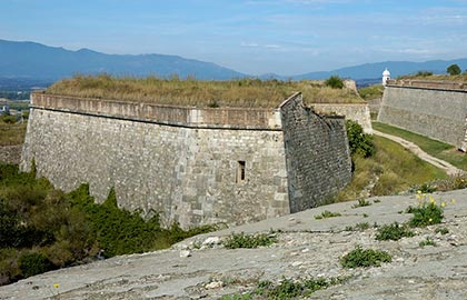 Visit the most spectacular fortresses of Catalonia. Tourist information about the castle of San Fernando. Castles in the province of Girona.