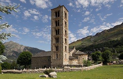 Visit the best tourist Romanic churches of Catalonia. Tourist information about the Romanesque church of Sant Climent