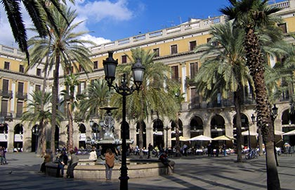 Visit the sites of greater tourist interest in Barcelona. Tourist information about the Royal Square of Barcelona. Sights to see in the catalan capital